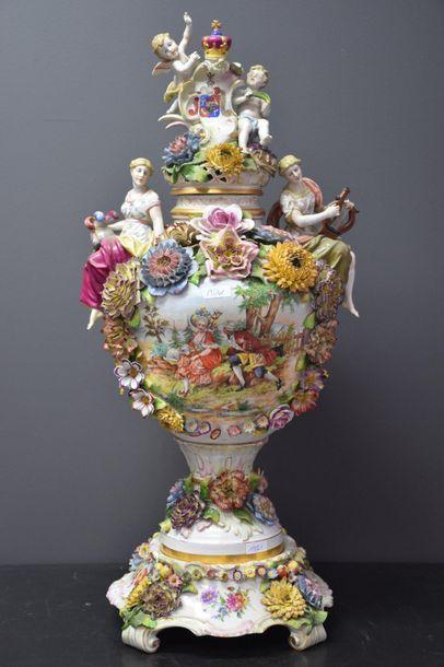 Important pot couvert en porcelaine allemande...