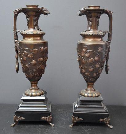 Paire de buires en bronze de style renaissance...