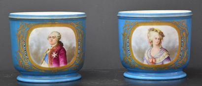Paire de cache-pots en porcelaine de Sèvres...