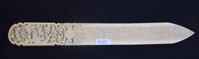 Important coupe papier en ivoire travaillé...