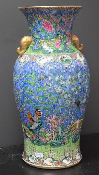 Vase en porcelaine de Chine à décor de pivoines...