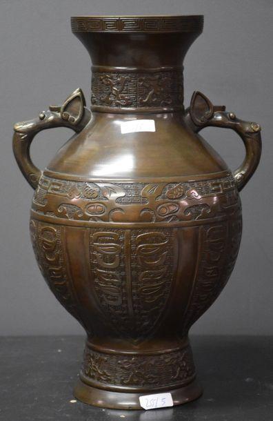 Vase en bronze, anses à gueules d'animaux....