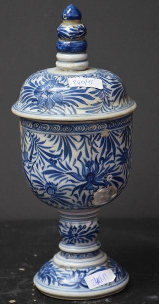 Pièce de forme en porcelaine de Chine XVII...