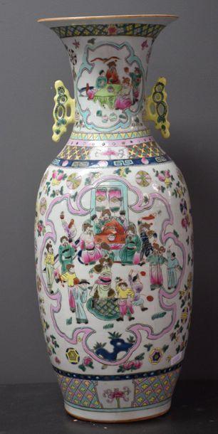Vase en porcelaine de Chine vers 1900 à décors...