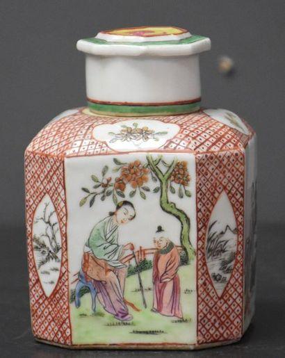 Boîte à thé en porcelaine de Chine . Ht 11,5...