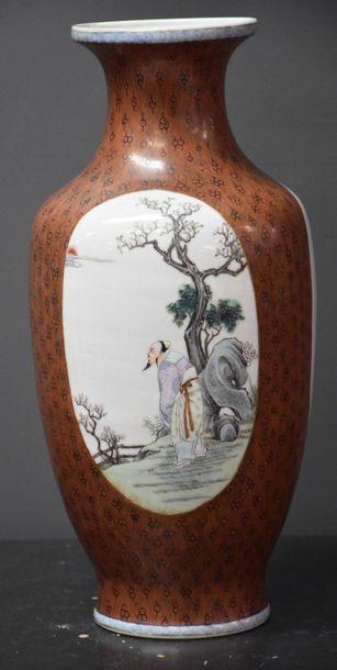 Vase en porcelaine de Chine à décor de personnages...