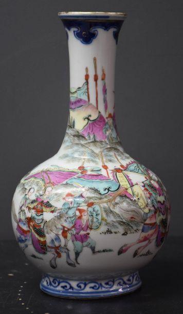 Vase en porcelaine de Chine à décor animé...