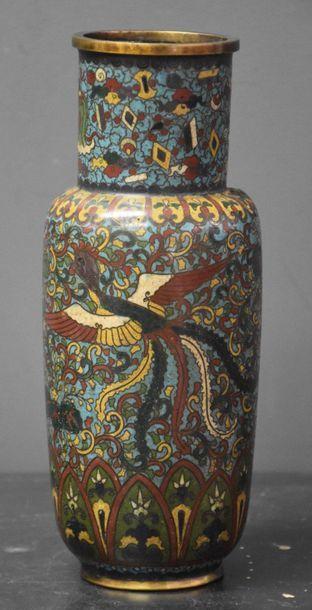 Vase chinois cloisonné à décor de phoenix...