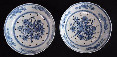 Paire de fraisiers en porcelaine de Chine...