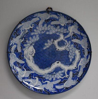 Grand plat en porcelaine du Japon à décor...