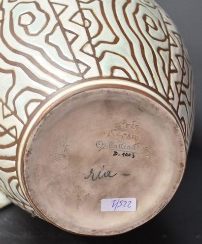 Charles Catteau. Vase en grès stylisé de la manufacture Boch Keramis . D 1003 ....