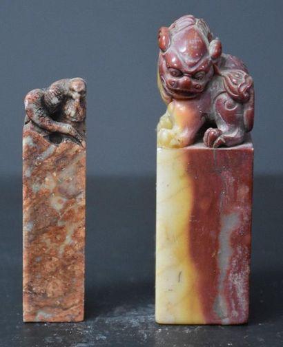 Lot de 2 sceaux chinois en pierre dure au...