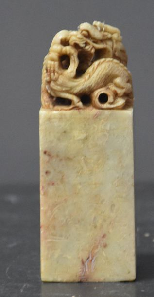 Sceau chinois en pierre dure à décor de dragon...