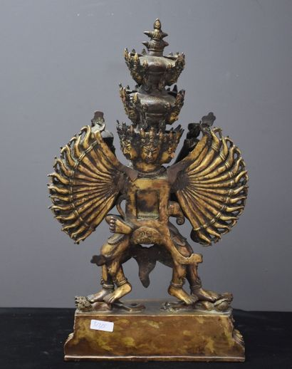 Grande divinité en bronze doré. Tibet XIX ème siècle. Ht 44 cm.