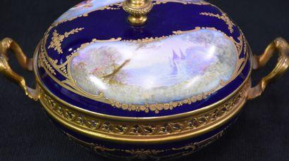 Bonbonnière en porcelaine de Sèvres à fond...