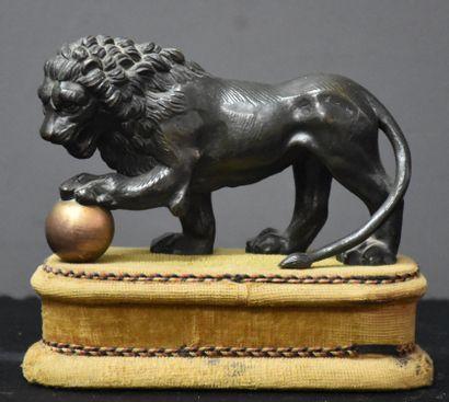 Lion en bronze vers 1820. Longueur 15 cm....