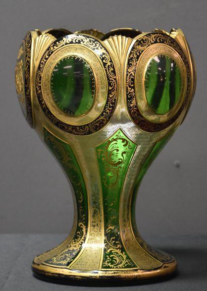 Vase de forme calice en cristal doré et gravé....