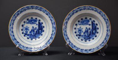 Paire d'assiettes en Delft XVIII ème à décor...