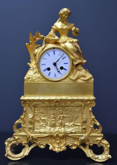 Pendule en bronze doré représentant une scène...