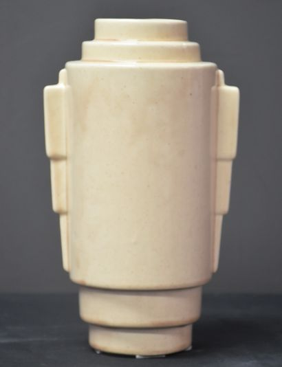 Boch Kéramis. Rare vase monochrome blanc...