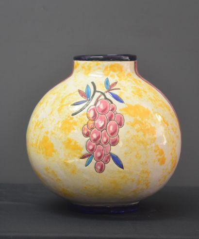 Vase Boch Kéramis en émaux à décor de grappes...