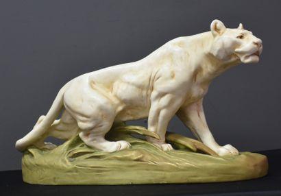 Tigre en porcelaine de Royal Dux . Ht 24,5...