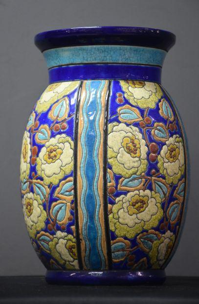 Vase Boch Kéramis à décor émaillé de fleurs....
