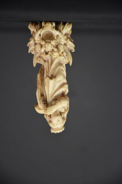 Vierge en ivoire travaillé fin XVIII ème siècle. Ht : 8,5 cm.