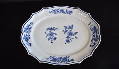 Important plat ovale et festonné en porcelaine...