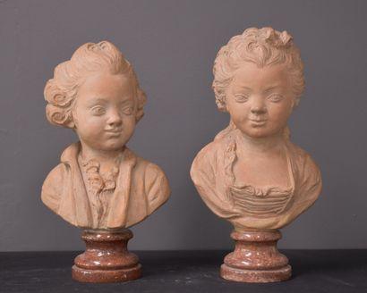 Paire de bustes d'enfants en terre cuite...