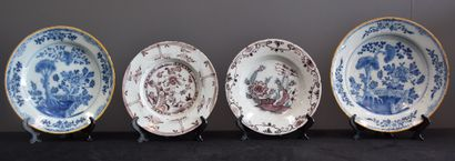 Quatre assiettes en faïence de Delft XVIII...