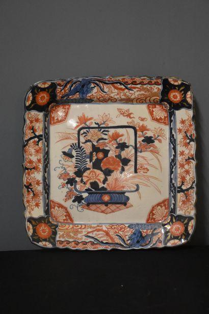 Plat en porcelaine Imari, Japon XIX ème....