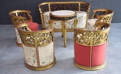 Salon en bois doré sculpté, composé d'un...