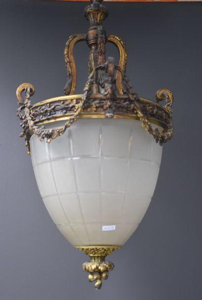 Lanterne de hall en bronze et verre dépoli....