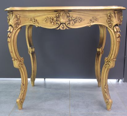 Petite table-vitrine dorée style Louis XV....