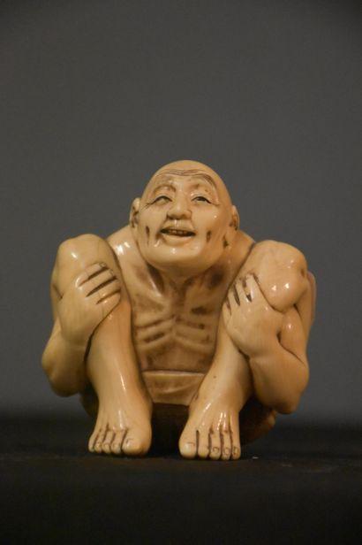Personnage en ivoire sculpté et signé. Japon...
