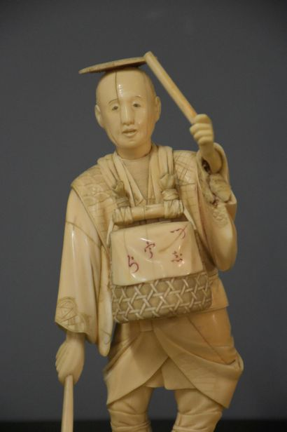 Ivory Okimino signed. Japan 19th century. Ht : 31,5 cm Small reattachment to the...
