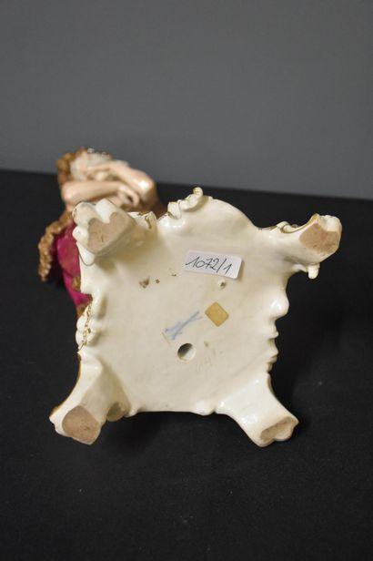 Porcelaine de Meissen. Allégorie de l'hiver. Ht : 30 cm. Petit recollage à la h...