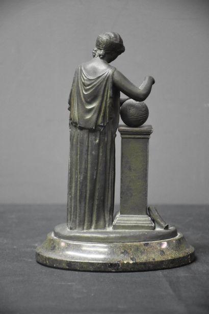 Petit bronze à l'antique à patine verte faisant baromètre. Ht totale : 20 cm.