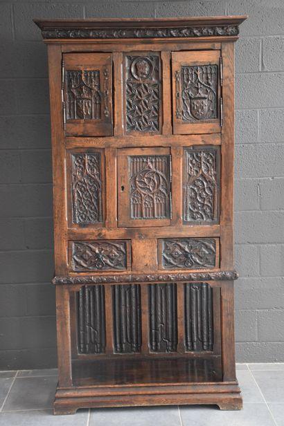 Cabinet / crédence de style gothique. XIX...