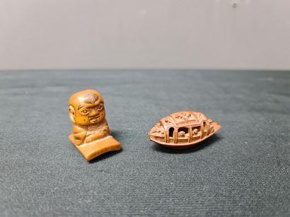 Lot de deux netsukés en bois sculpté. Travail...