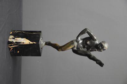 La danseuse en bronze au diadème. Signée...