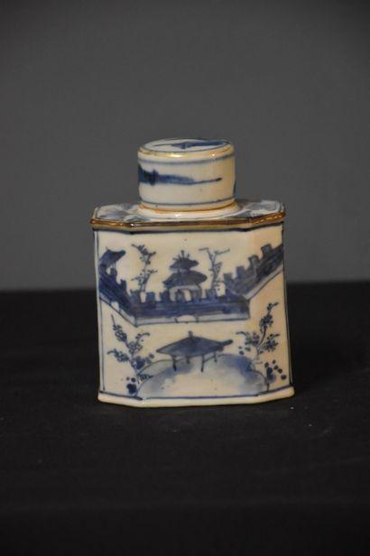 Flacon en porcelaine de Chine à décor blanc/bleu....