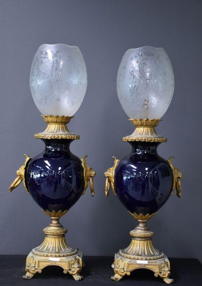 Paire de lampes à pétrole en porcelaine bleutée...