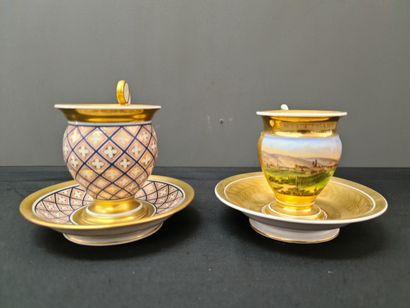 Lot de deux tasses en porcelaine de Bruxelles...