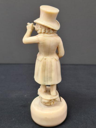 Sculpture anthropomorphe en ivoire XIX ème représentant un élégant singe fumant...