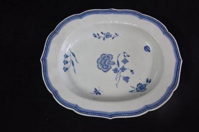 Plat en porcelaine de Chine XVIII ème blanc...