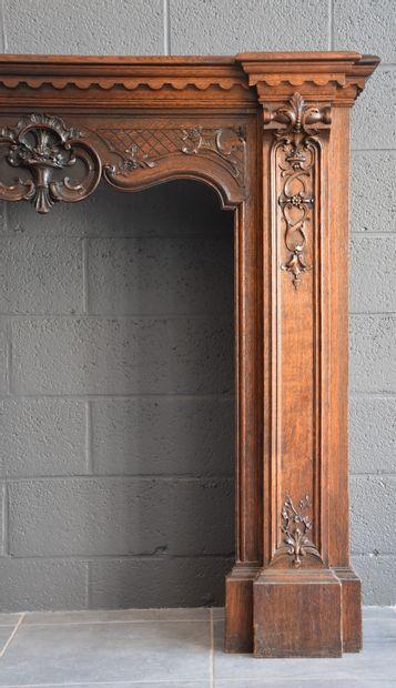 Manteau de cheminée en chêne sculpté de style liégeois vers 1900. Ht : 130 cm. Longueur...