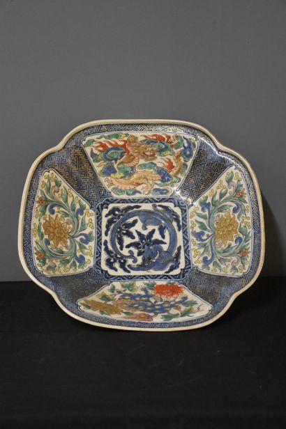 Plat en porcelaine de Chine à décor de dragon,...