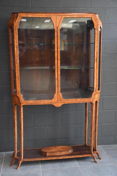 Meuble-vitrine vers 1920 en placage de bois...